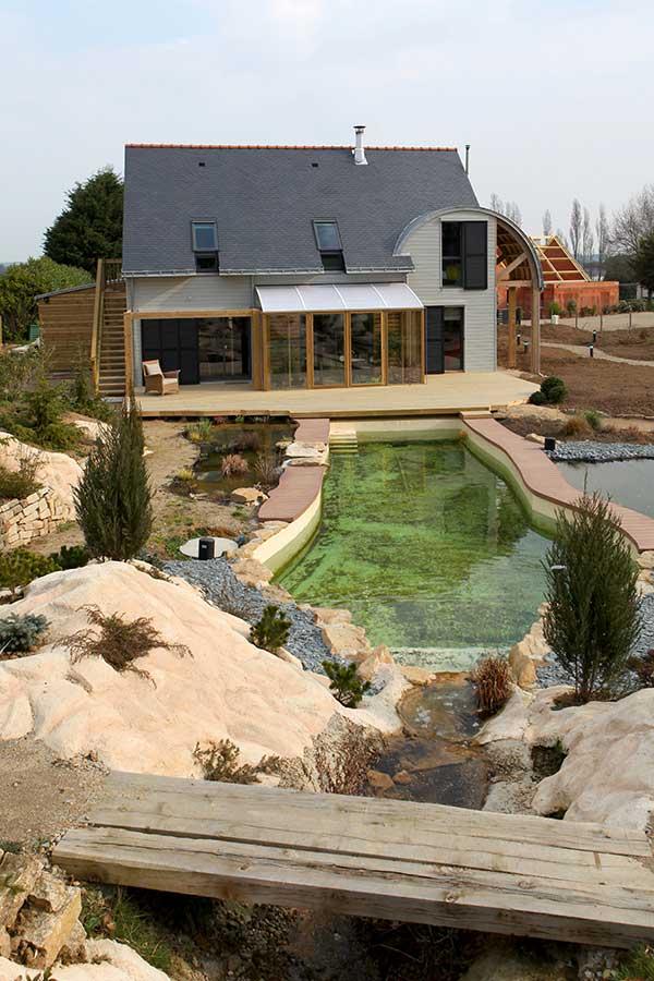 Un jardin d'hiver ouvert sur la maison et la terrasse bois à proximité du Golfe du Morbihan