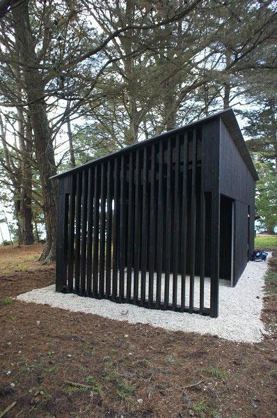 Bâtiment de service et cuisine d'été dans un parc, dans le Morbihan