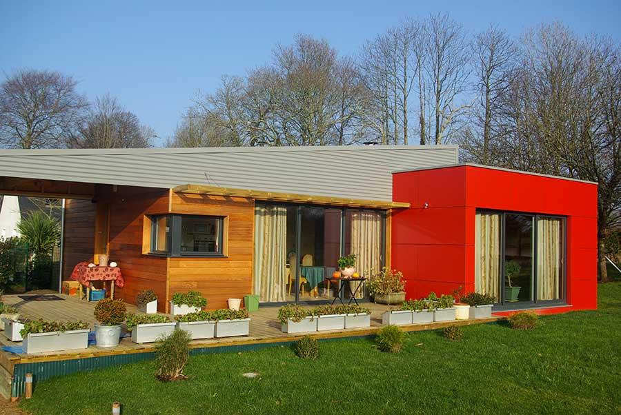 Construction d'une maison à ossature bois (bardages métal, red cedar et composite) avec toitures mono-pente en zinc, dans le pays des Landes de Lanvaux dans le Morbihan