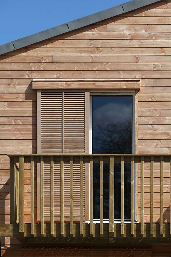 Détail d'un balcon sur maison à ossature bois dans le Golfe du Morbihan