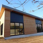 Extension de bureaux en plain-pied avec toiture mono pente zinc et bardage mixte (bois et composite), dans le Morbihan