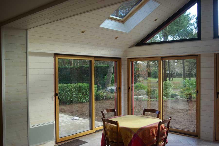 Large surface vitrée à Brec'h pour ouvrir le coin repas sur le jardin