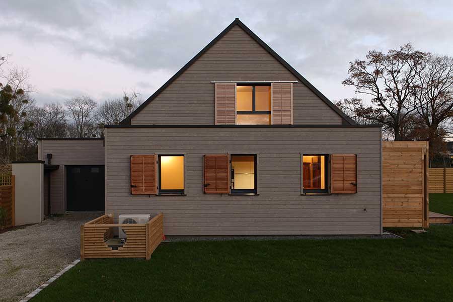 Construction d'une maison en bois, toiture en zinc, dans le Morbihan