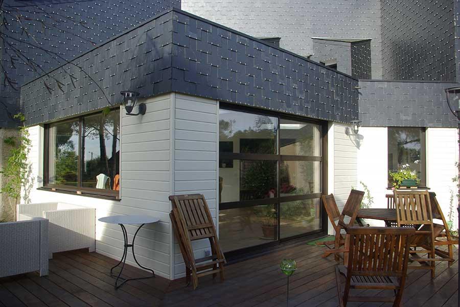 Extension en ossature bois d'une maison d'architecte très typée, dans le Morbihan