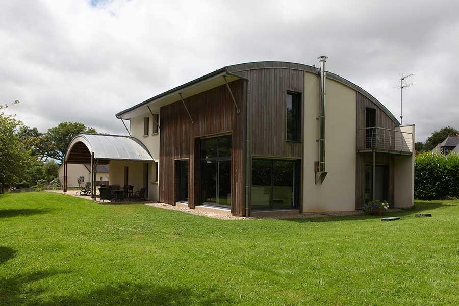 Construction d'une maison en bois et murs traditionnels, toiture courbe zinc, à Pluvigner dans le Morbihan
