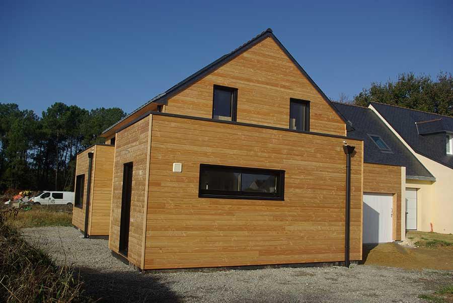 Construction d'une maison à ossature bois (bardage en douglas) avec toiture ardoise et toitures-terrasses, à proximité de Nostang dans le Morbihan