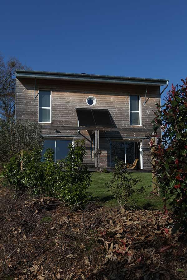 Construction d'une maison à ossature bois (bardage en douglas) avec toiture cintrée en zinc, entre Saint Avé et Monterblanc dans le Morbihan