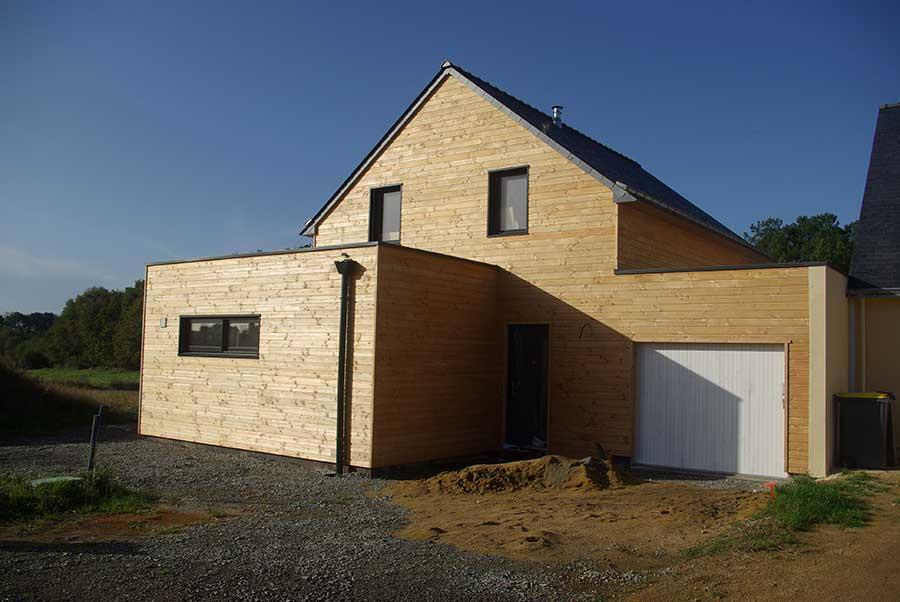 Construction d'une maison à ossature bois (bardage en douglas) avec toiture ardoise et toitures-terrasses, dans le secteur de la RIA d'Etel dans le Morbihan
