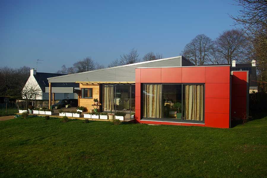 Construction d'une maison à ossature bois (bardages métal, red cedar et composite) avec toitures mono-pente en zinc, dans le Morbihan