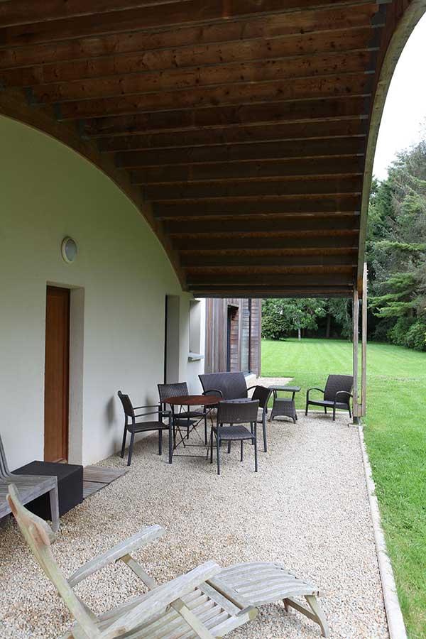 Salon de jardin sous le préau à proximité d'Auray, dans le Morbihan