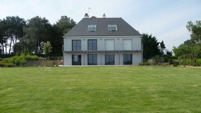 Maison relookée grâce à un bardage en bois peint et divers aménagements en bois, dans le Morbihan