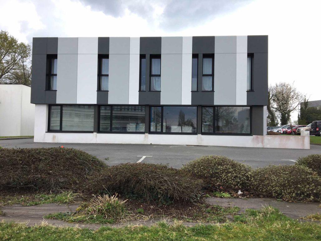 Nouveau style pour un bâtiment commercial isolé par l'extérieur et vêtu de panneaux lisses, dans le pays vannetais