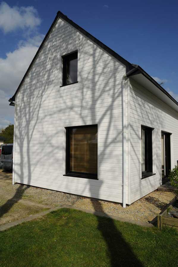 Construction d'une maison à ossature bois avec toitures ardoise à deux pentes, dans le Morbihan