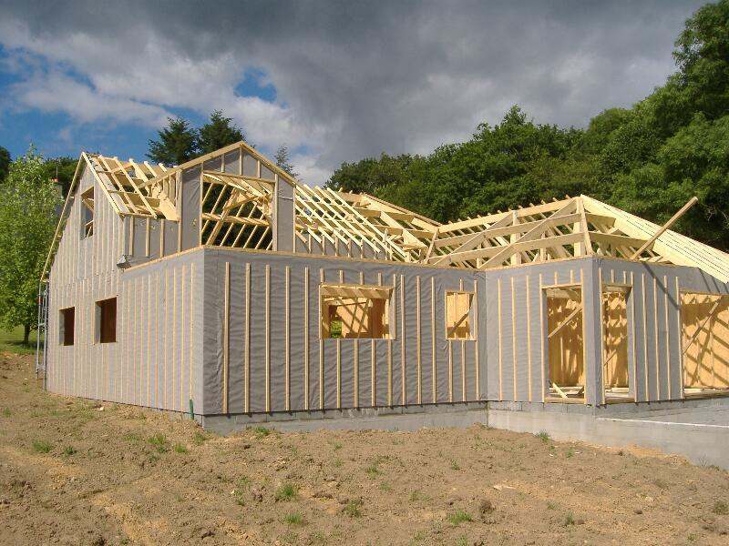 Travaux de charpente traditionnelle en toiture d'une maison à ossature bois en bordure de la forêt de Camors