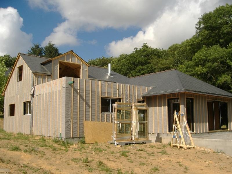 Travaux de charpente traditionnelle en toiture d'une maison à ossature bois dans le Morbihan
