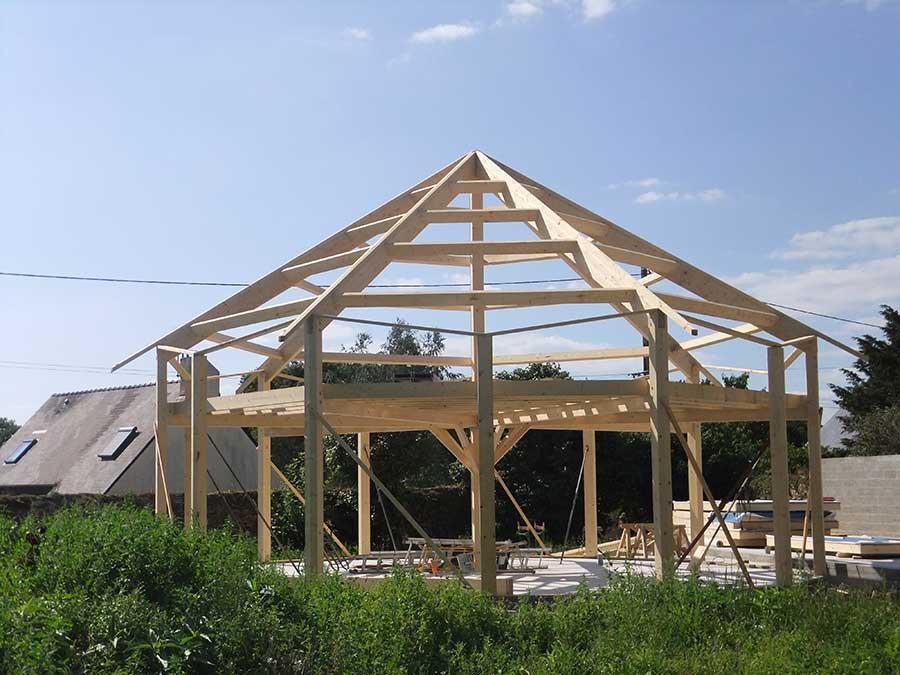 Structure partielle d'une maison réalisée en technique poteaux/poutres dans le Morbihan, proche de Lorient