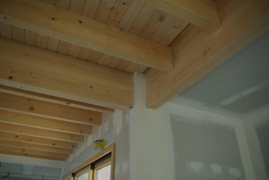 Détail de solivage apparent en plafond haut de rez-de-chaussée sur maison ossature bois
