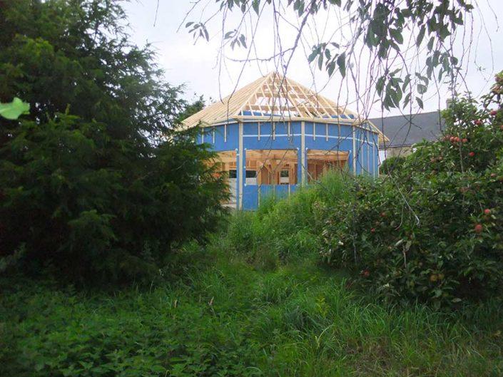 Bâtiment en construction habillé de son pare-pluie avant pose de bardage dans le Morbihan, proche de Lanester