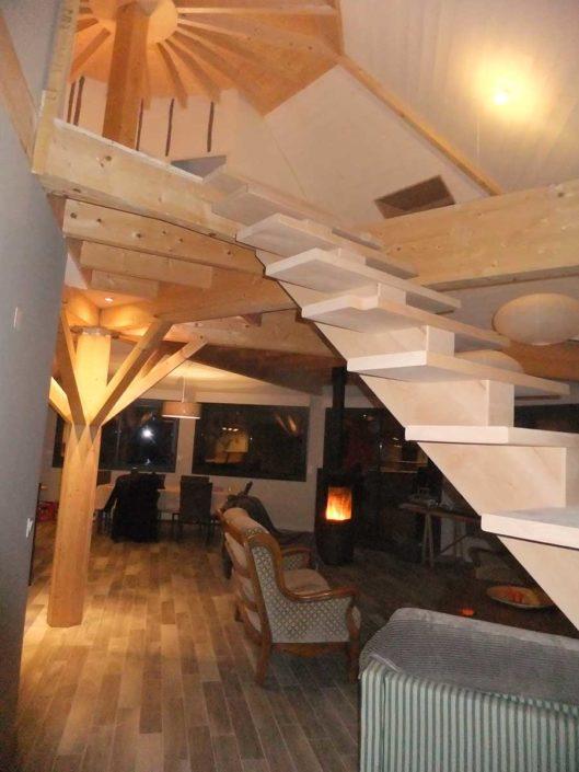 Bel espace intérieur sur deux niveaux dans une maison réalisée en technique poteaux/poutres