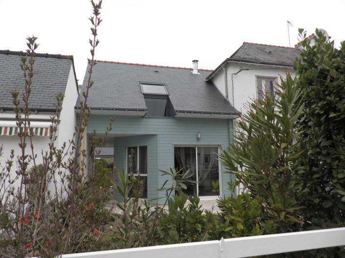 Extension en ossature bois, bardée en bois laquée entre deux maisons de ville, dans le Morbihan