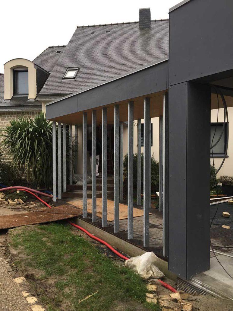 Vaste extension en bardage lisse entre piscine et grande maison traditionnelle, dans le Morbihan