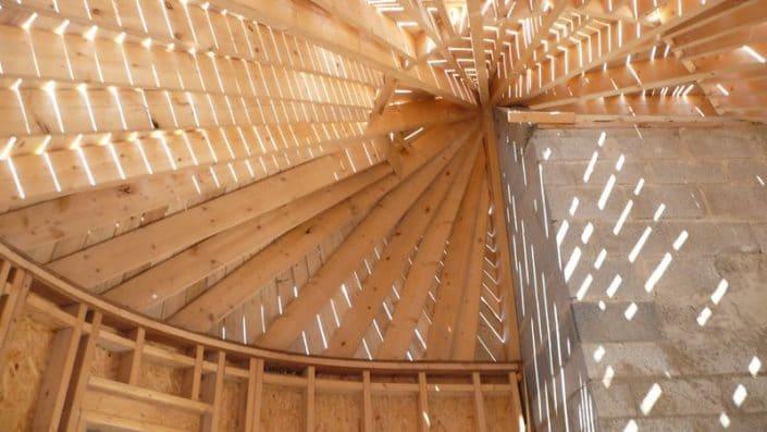 Détail de charpente traditionnelle sur une toiture en pointene extension en ossature bois, de plain-pied en forme de rotonde