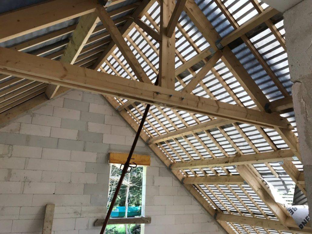 Détail de charpente traditionnelle avec écran de sous toiture dans la presqu'ile de Rhuys