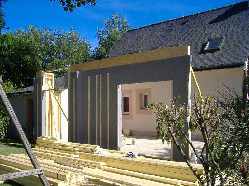 Façade avec pare-pluie d'une extension en ossature bois en cours de réalisation
